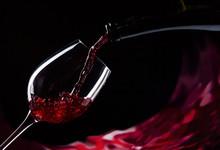Butelki i szklanki czerwonego wina