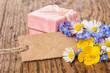 Geschenkbox mit Blumen und Karte