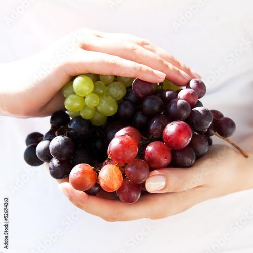Новый урожай сочного, солнечного винограда разных сортов
