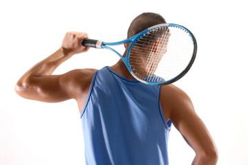 Tenista sujetando una raqueta de tenis.