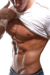 Abdominales de un hombre fuerte y musculoso.