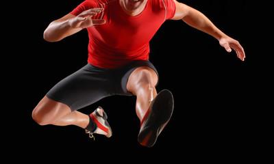 Atleta corredor saltando obstáculos.