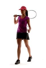 Mujer tenista bebiendo agua.