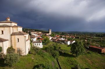 Jarandilla de la Vera, pueblo y campos en primavera