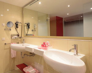Badezimmer mit Doppelwaschtisch und Spiegel