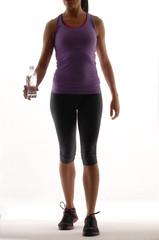 Mujer deportista bebiendo agua.Mujer atlética.