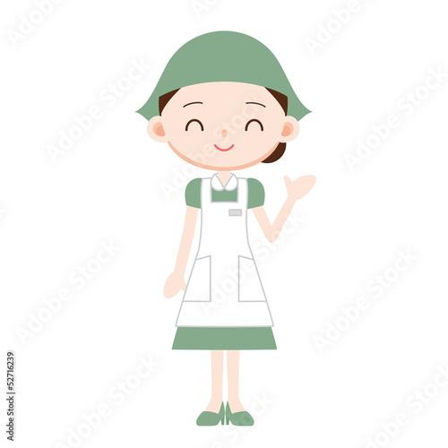 緑の制服の女性販売員 案内