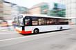 Leinwanddruck Bild - fahrender Bus in der Stadt