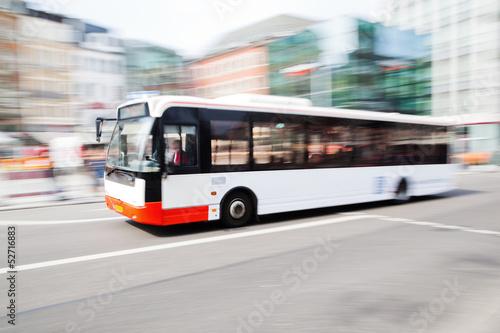 Leinwanddruck Bild fahrender Bus in der Stadt
