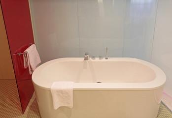 Badewanner mit Handtüchern