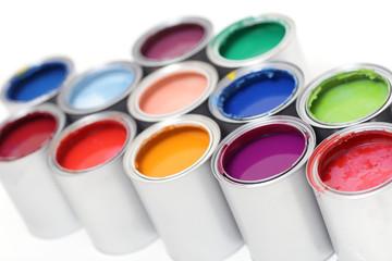 Bunte Farbdosen in Reihe
