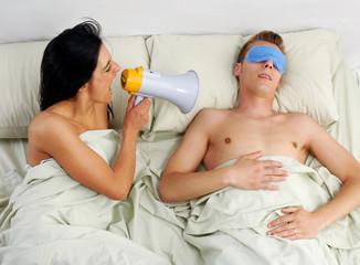 Despertando con una bocina,pareja en una cama descansando.