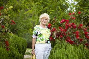 Nonna in giardino