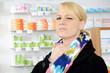 Junge Frau mit Halsschmerzen in Apotheke