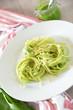 Teller mit Spaghetti und Kräuterpesto