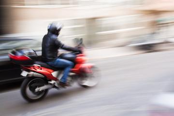 Motorradfahrer im Stadtverkehr