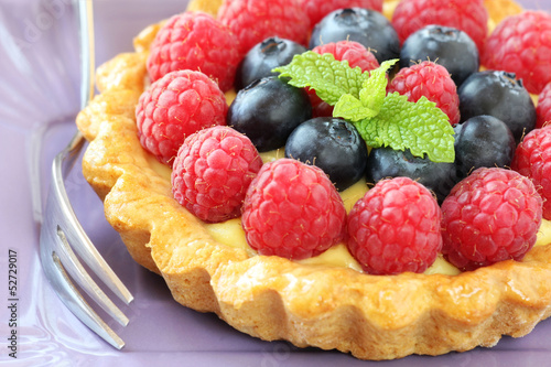 Berry tartelette with raspberries and blueberries