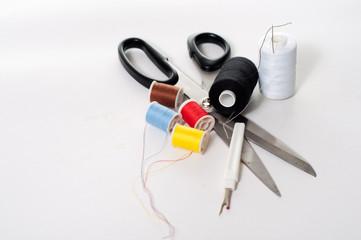 sewing kit su sfondo bianco