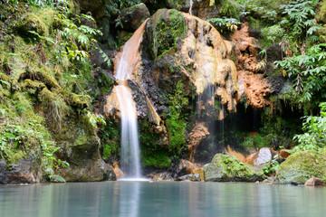 Cascade de caldeira velha  sur l'île de Sao Miguel
