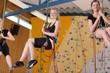 Leinwandbild Motiv Mädchen beim Klettern