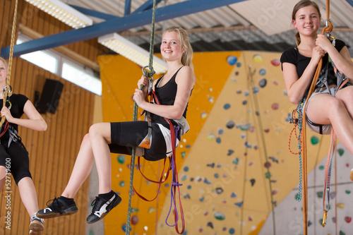 Mädchen beim Klettern - 52739600