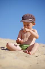 petit garçon à la plage