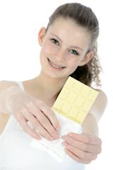 Junge Frau mit Tafel weißer Schokolade