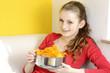 Junge Frau mit Schüssel voller Chips