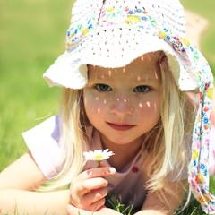 Mädchen mit Blume in Wiese