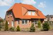canvas print picture - Einfamilienhaus bei Sonnenschein
