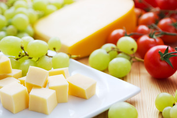 Käse mit Weintrauben und Tomaten