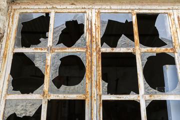 Zerbrochene Fensterscheiben im Metallrahmen