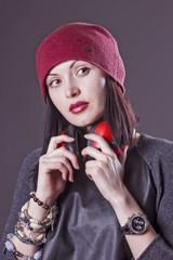 молодая женщина в красной вязанной шапке.