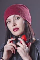 молодая женщина в красной шерстяной шапке.