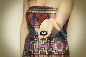 Mujer con amuleto turco