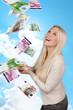 Glückliche Frau im Geldregen