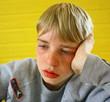enfant pensif, perdu dans ses pensées
