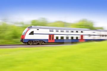 Bahn in sommerlicher Landschaft