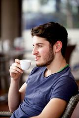 Ragazzo giovane gustando caffè