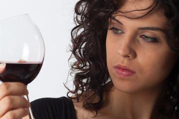 Donna che degusta un vino rosso