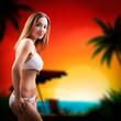 attraktive junge Frau im Bikini vor sommerlichen Hintergrund
