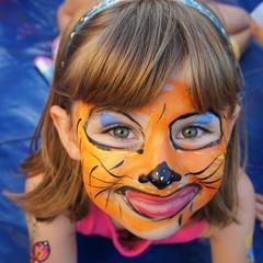 Kind mit geschminktem Gesicht