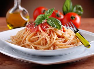 spaghetti al pomodoro con foglia di basilico