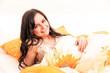Erholung im Bett - junge braunhaarige Frau