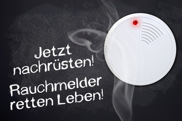Kreidetafel mit Rauchmelder und Rauch