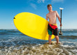 Teenager mit Stand Up Paddling Board