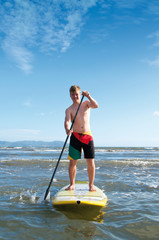 Teenager beim Stand Up Paddling