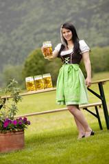 Frau auf der Wiesn mit Maß Bier in der Hand