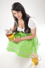 junge Frau mit Maßkrug in der Hand