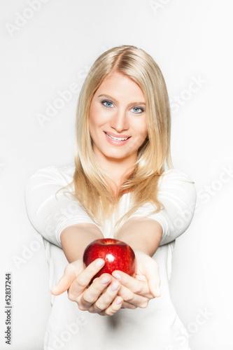Junge Frau mit mit einem roten Apfel